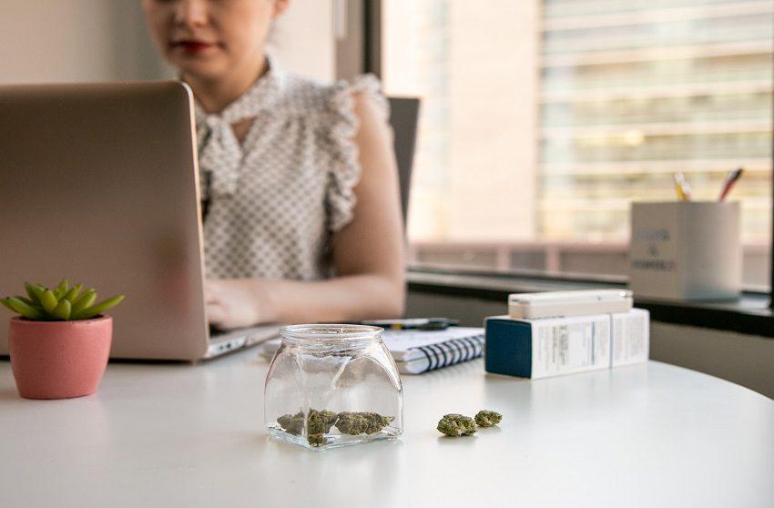 Posso ser demitido por fumar maconha?